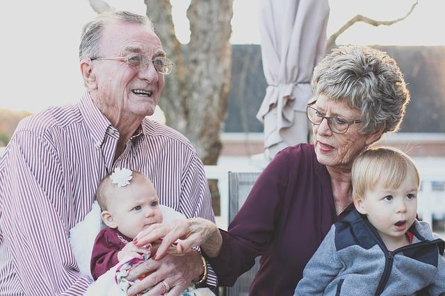 babička a děda s vnoučaty