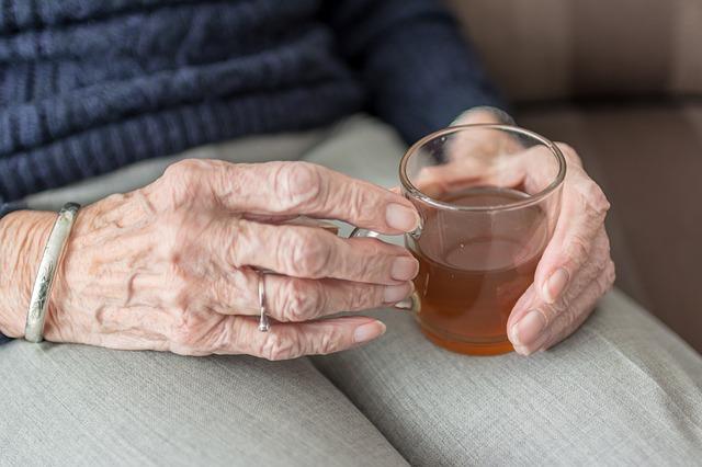 staré ruce a čaj