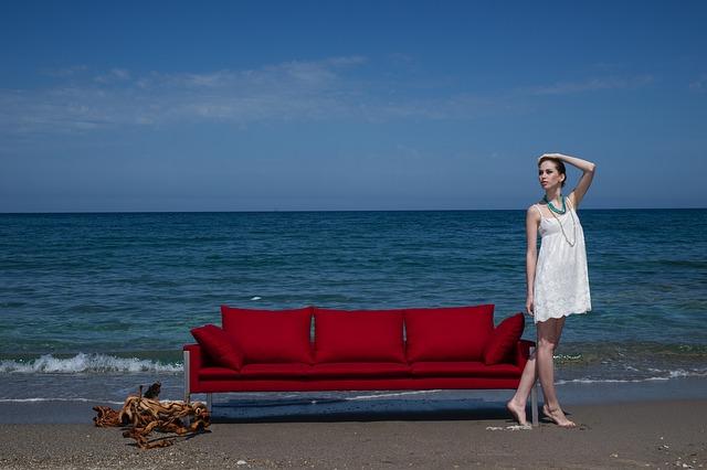 gauč na pláži.jpg