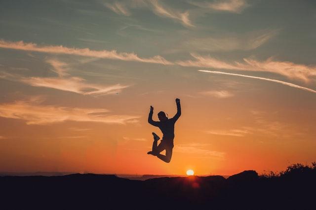 skok při západu slunce